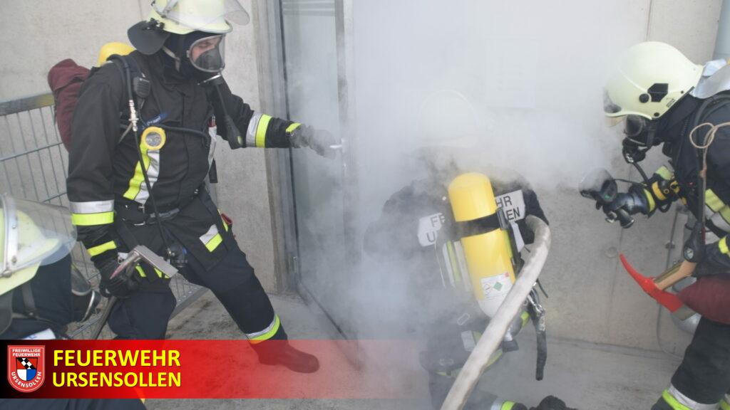 Feuerwehr Ursensollen übt bei der Feuerwehrschule realistische Einsätze